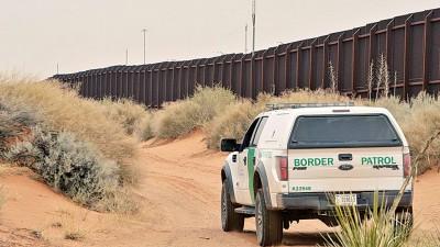美国边界巡逻队在美墨边境执行巡逻任务。