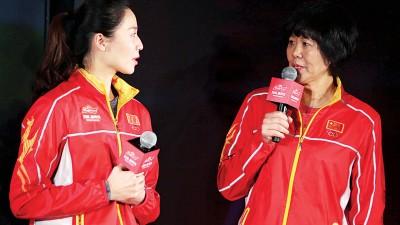 """在美国纽约时报广场,郎平(右)与队员魏秋月出席百威新年""""感谢真我背后的TA""""新闻发布会。在里约奥运会上率领中国女排夺奥运金牌的主教练郎平感谢世界各地华人在过去一年内对中国女排的支持,并提早向全球华人送上农历鸡年的祝福。"""
