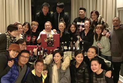 曾志伟(中排左五)庆祝买马中922万令吉,在自家开趴庆祝。