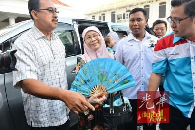 旺姐抵达法庭,准备为丈夫安华给予支持。