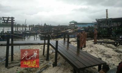 消拯人员在码头附近展开搜寻行动。