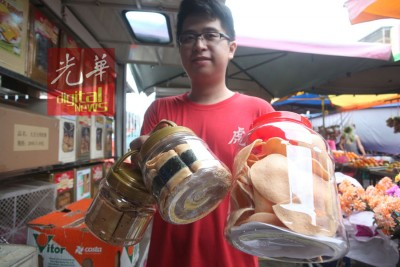 许明泉展示全新的辣木饼(右边)。