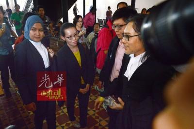 两名答辩人雷淑真与赖斯炜(左2及3),向代表律师了解案件详情。