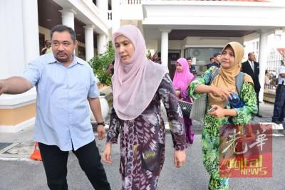 努鲁也抵达法庭,给予父亲安华支持。