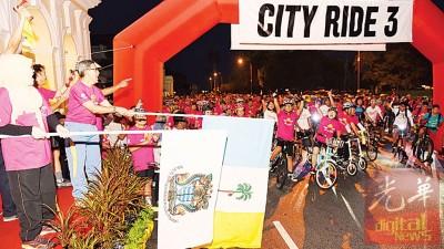 第一副首长连同芭缇雅为城市脚踏车骑主持挥旗开骑仪式。