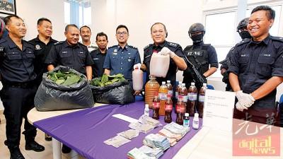 万哈山(眼前左5)亮下霹雳警方与各国执法单位以走中于获的物品。眼前左起是曾广成、那个哈亚、还努力丁、碧宁丁及玛吉。