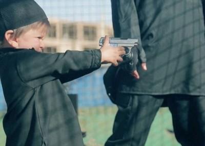 小童拿起手枪。