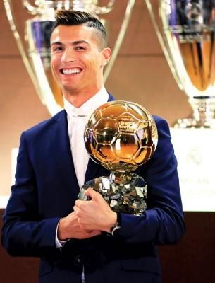 C罗纳多被西班牙媒体曝光当选2016年国际足总最佳球员,重温2008年双料先生美梦。