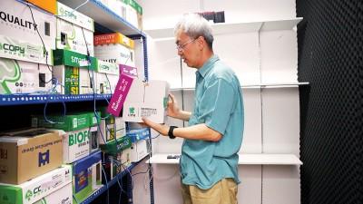 在这特制隔音房内的每一个箱子里,都放置了预先录制的意念信息音频,透过音质不失真的扬声器,对着客户照片24小时不断播放以达到治疗效果。