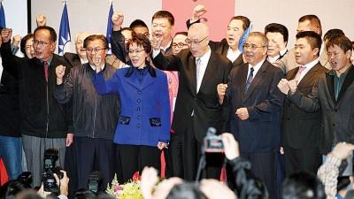 吴敦义(中)宣布参选国民党主席,和与会党立委一起高呼口号加油打气。(中央社照片)