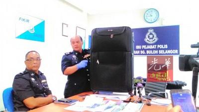 警方在行動中搜出許多作案工具,包括利器,索取贖金字條,繩子和行李箱等。