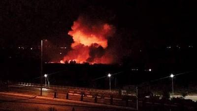 以军空袭叙利亚空军基地,现场发生大爆炸,火光熊熊。