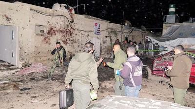 自杀式爆炸袭击发生后,政府封锁现场进行调查。(法新社照片)