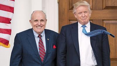 特朗普(右)好不容易也朱利安尼(左)插到新岗位。(法新社照片)