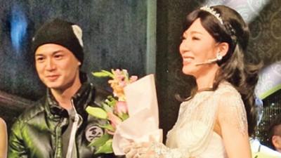 罗仲谦趁谢幕时上台献花给太太,令杨怡大感惊喜,开心到眼泛泪光。