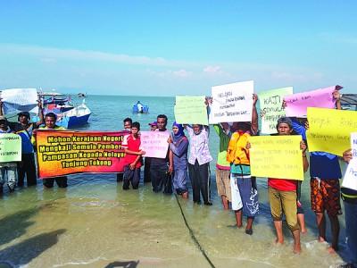 渔民高举大字报抗议生计受到影响。