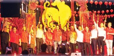 叶立远(左3)及叶进煜(左7)率领,(左起)张易雄、林星发、黄慧仪、Paul Ritchie、丘德权、方万春、罗兴强、王浩源、李兴前、白建文、王骐及王平松主持拉彩炮开幕仪式。