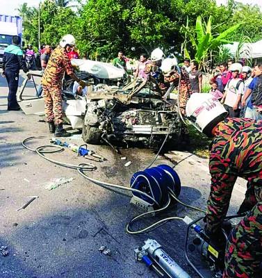 消拯员设法将被夹在车内的司机救出。