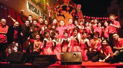 《光华日报》台前幕后的工作人员及表演歌手在春晚结束后来张大合照。