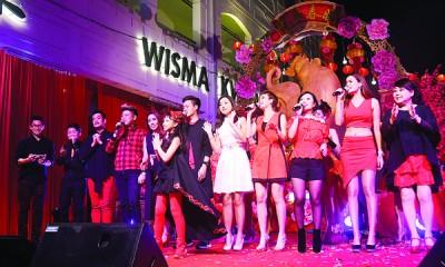 光华春晚来到尾声,本报歌王歌后也献唱新年谢幕曲《鸿运当头+招财进宝》。