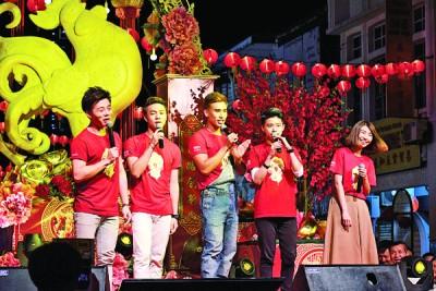 Astro第20届5强新秀亮相春晚,为观众一口气带来10首歌曲。左起为陈建宏、周奕斌、尹景顺、余筱慧及黄雯俐。