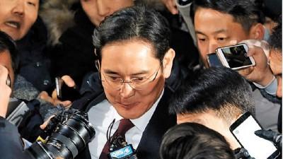 李在镕(中)遭侦讯22小时才离开独检组。(法新社照片)