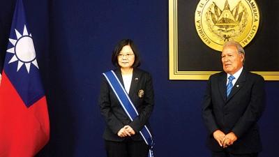 蔡英文(左)出访中美洲友邦萨尔瓦多,与萨国总统桑契斯会晤,并接受赠勋。(法新社照片)