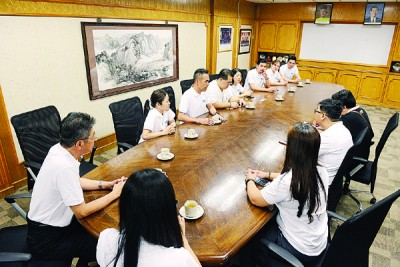 """林子辉(左3)及钟福安(左6)发布""""文BSG Property跑""""活动详情。"""