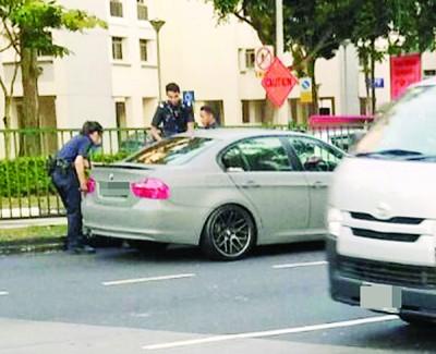 图中女警(左一)之前曾奋勇肉身挡车,男司机终于逆向行驶数十米后停车。