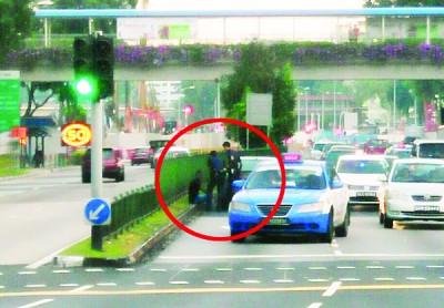 29岁的男司机,被警员拉到路旁坐下,以涉嫌醉酒驾驶遭逮捕。