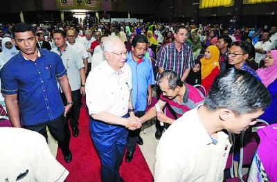 纳吉出席卓越学生与教师颁奖礼,并与出席的家长们握手慰问。
