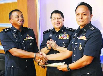 万阿末(左)颁发感谢状予有功警员。