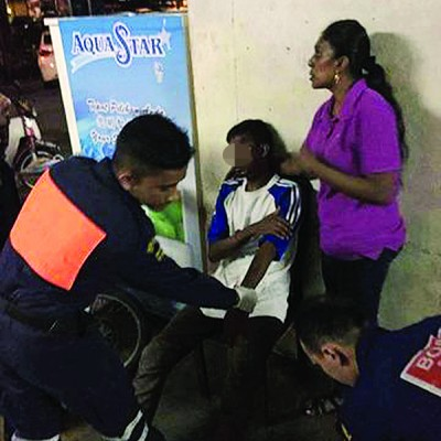 救伤队队员成功找到伤者并给予治疗。
