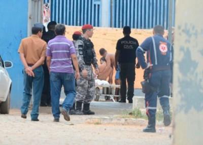 受伤囚犯等待救护车送院。