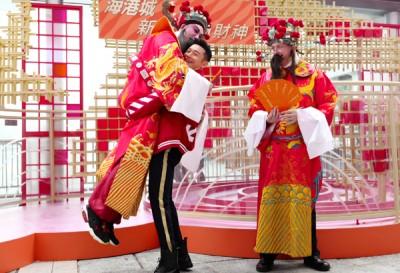 黄晓明代妻参加抱财神活动。