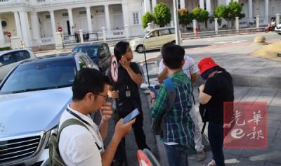 各媒体记者驻守在推事庭外,惟后来发现涉案拿督斯里已获口头保释。