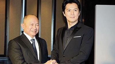 福山雅治(右)与吴宇森出席新片《追捕》的记者会。