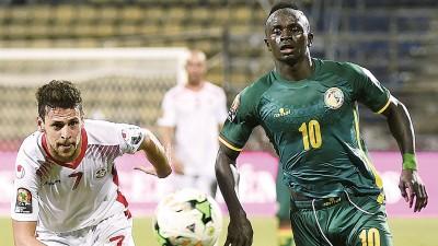 贝博体育客户端(右)啊祖国塞内加尔征战非洲杯,利物浦主帅克洛普去这叫前锋后束手无策。
