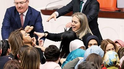 多名女议员大打出手。(法新社照片)