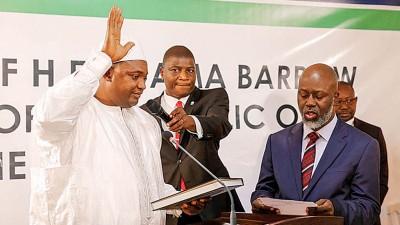 巴罗(左一)在冈比亚驻塞内加尔大使馆宣誓就任冈比亚总统。(法新社照片)