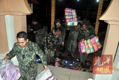 登州水灾情况恶化,军人协助运送物资到各疏散中心。