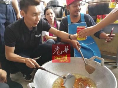 李宗伟亲自为灾民下厨。
