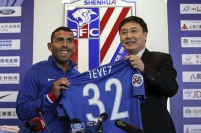 特维斯从申花俱乐部董事长吴晓辉手中接过了印有他名字的32号球衣。