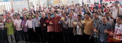 魏家祥(左7)代表柔州政府移交拨款予柔州89所华小。左8起为何国忠和谢松清。