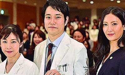 竹内结子(左起)、松山研一在片场与木村拓哉大聊育儿经。右为菜菜绪。