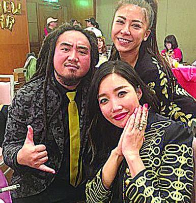 A-Lin(右前)盛裝出席唱片尾牙。