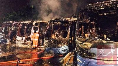 消拯员在火势被扑灭后,尝试了解失火原因。