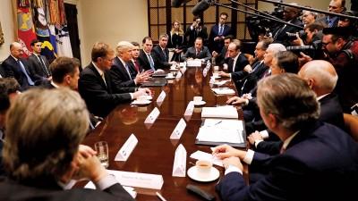 特朗普(中)在白宫会晤商界领袖。