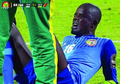 塞内加尔门将恩迪亚耶离奇摔倒引发网上热议。