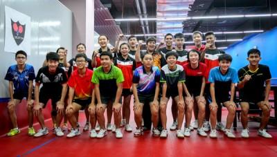 甄玲心(中)探视乒乓国家队后与队员们造势合影。